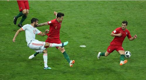 Trước khi anh dứt điểm ghi bàn. Ảnh: Reuters.