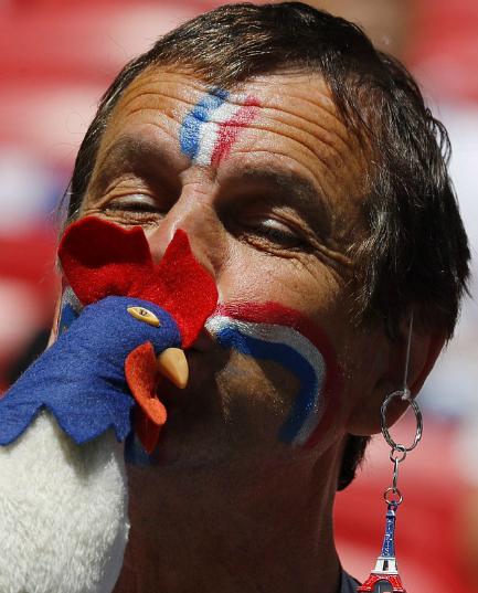 CĐV Pháp hôn chú gà trống nhồi bông để lấy may. Ảnh:EPA.
