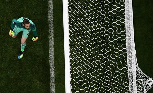 De Gea tuột tay, để bóng lăn vào lưới sau quả dứt điểm của Ronaldo.
