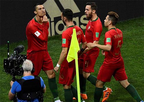 Ronaldo với động tác vuốt râu dê được cho là để khiêu khích Messi, trước khi kình địch cùng Argentina đá trận ra quân với Iceland hôm nay. Ảnh: Reuters.