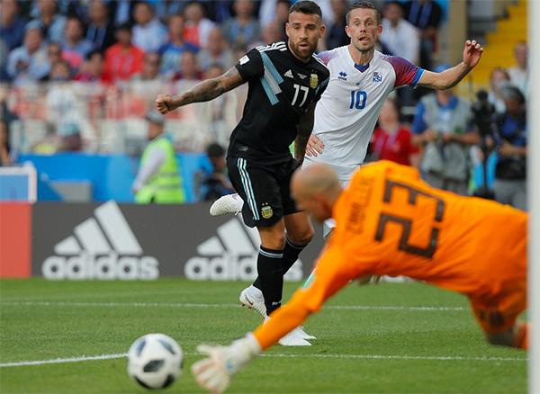Iceland lần đầu thi đấu ở VCK World Cup, nhưng họ không hề bị choáng ngợp. Nếu kết thúc tốt hơn, những Sigurdsson, Bjarnason... hoàn toàn có thể kiếm được nhiều hơn một điểm trước Argentina. Ảnh: EPA.