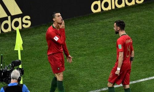 Hành động đưa tay lên cằm ăn mừng của Ronaldo được xem là thách thức Messi. Ảnh: AFP.