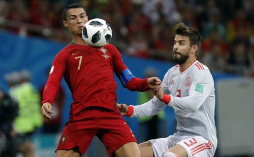 Pique mắc sai lầm, đẩy sau giúp Ronaldo có quả đá phạt ở vị trí thuận lợi để ghi bàn gỡ hòa 3-3.