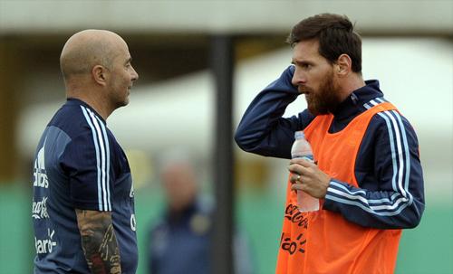 HLV Jorge Sampaoli luôn thừa nhận Messi là bất khả xâm phạm.