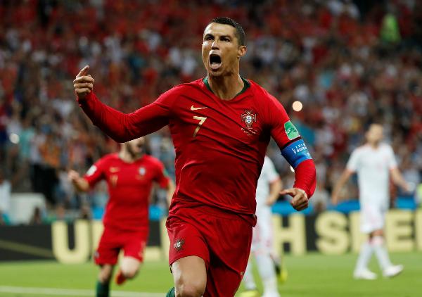 Ronaldo thăng hoa ngày Bồ Đào Nha ra quân. Ảnh: Reuters.