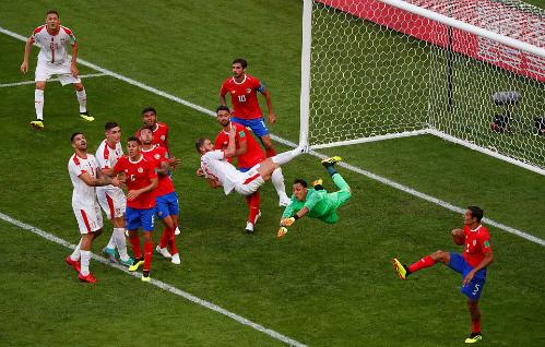 Navas bay người cản phá một pha tạt bóng. Ảnh:Reuters.