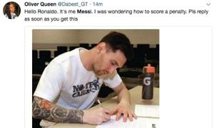 Messi bị chế ảnh viết thư nhờ Ronaldo bày cách đá phạt đền