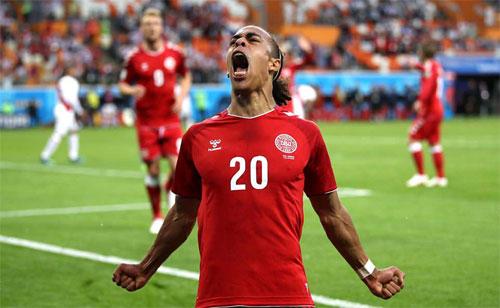 Đan Mạch có lợi thế trong cuộc đua giành vé đi tiếp so với Peru và Australia.