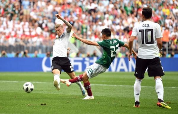 Pha ghi bàn của Lozano. Ảnh: AFP.