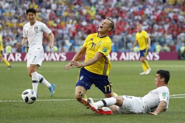 Trận đấu có nhiều pha vào bóng quyết liệt trên mức cần thiết. Ảnh: AFP.