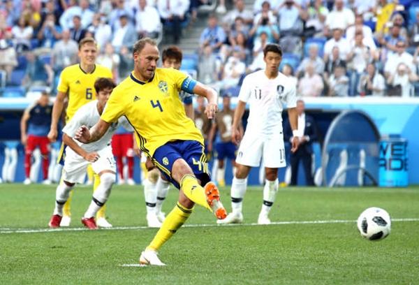 Granqvist mở tỷ số cho Thụy Điển. Ảnh: AFP.