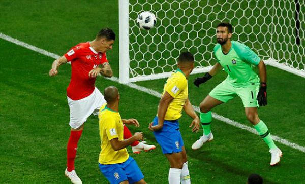 Thủ môn Alisson mắc lỗi khi không lao ra hỗ trợ đồng đội. Ảnh: Reuters.