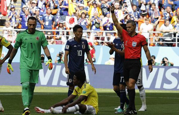 Hành động dại dột của Sanchez khiến anh và tuyển Colombia chịu thiệt. Ảnh:AP.