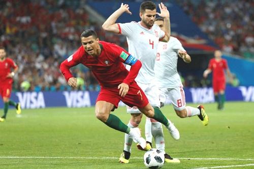 Pha phạm lỗi của Nacho với Ronaldo. Ảnh: Reuters.
