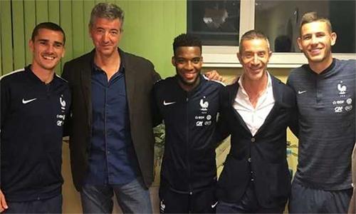 Griezmann (trái), Lemar (giữa) và Lucas Hernandez (phải) sau buổi làm việc với hai quan chức Atletico tại đại bản doanh tuyển Pháp.