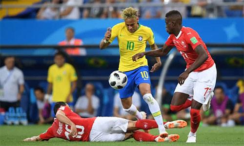 Thụy Sĩ thường cho hai hoặc ba cầu thủ ngăn Neymar. Ảnh: Reuters