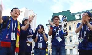 CĐV Nhật phấn khích khi đội nhà thắng trận ra quân