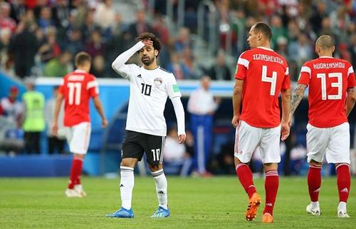 Salah bất lực trước hàng thủ của đội tuyển Nga. Ảnh: Reuters.