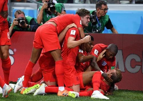 Đồng đội mừng bàn thắng cùng Harry Kane. Ảnh: PA.