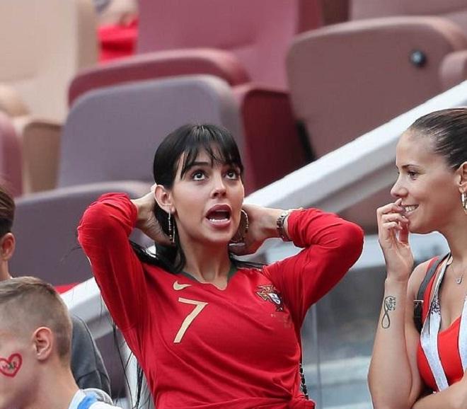 Bạn gái đeo nhẫn kim cương đến sân cổ vũ C. Ronaldo
