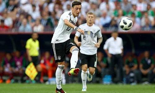 Ozil thi đấu mờ nhạt trong trận thua Mexico 1-2. Ảnh:REX.