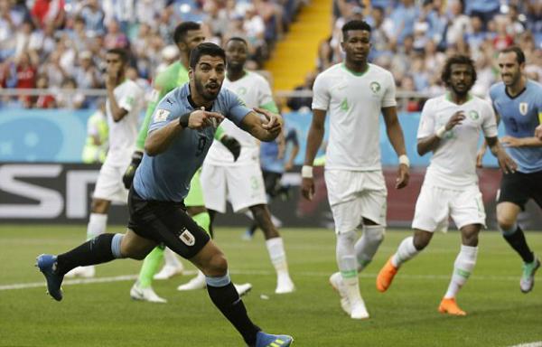 Bàn thắng vào lưới Ả-rập Xê-út là món quà kỷ niệm Suarez tự thưởng cho mình nhân trận thứ 100 khoác áo đội tuyển. Ảnh: AP.
