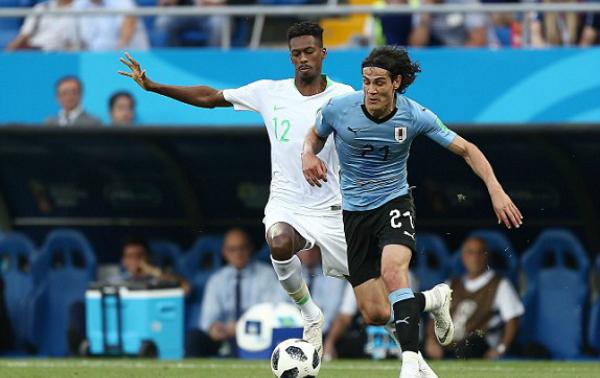 Ả-rập Xê-út (trắng) thi đấu thiếu sức sống, dù Uruguay không quá áp đảo.