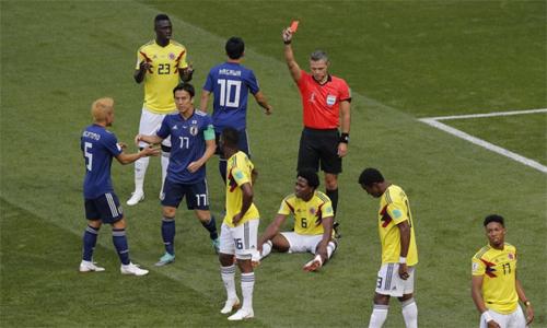 Carlos Sanchez (số 6, vàng) có nguy cơ mất mạng sau khi kết thúc World Cup. Ảnh: AP.