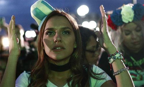 CĐV Argentina không thể tin nổi vào những gì vừa diễn ra. Ảnh: Reuters