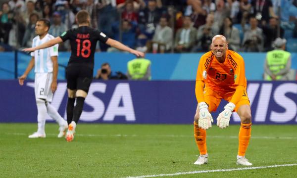 Thủ môn Caballero, với sai lầm khó tin ở bàn thua đầu, là một ví dụ về sự bất cân xứng về tài năng giữa phần còn lại của tuyển Argentina với Messi. Ảnh: Reuters.