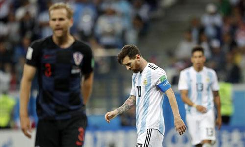 Messi và đồng đội còn rất ít cơ hội vào vòng 1/8. Ảnh: Reuters