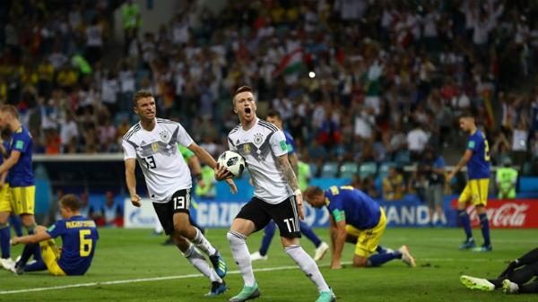Toni Kroos ghi tuyệt phẩm, Đức ngược dòng trong thế 10 người