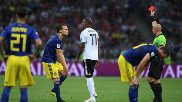 Tấm thẻ đỏ của Boateng khiến Đức gặp tổn thấtlớn ở hàng thủ. Ảnh: FIFA.