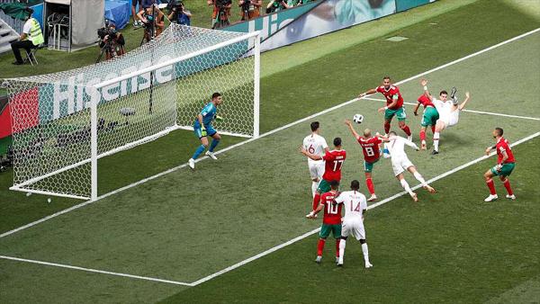 Tình huống đánh đầu mở tỷ số của Ronaldo. Ảnh: Reuters.