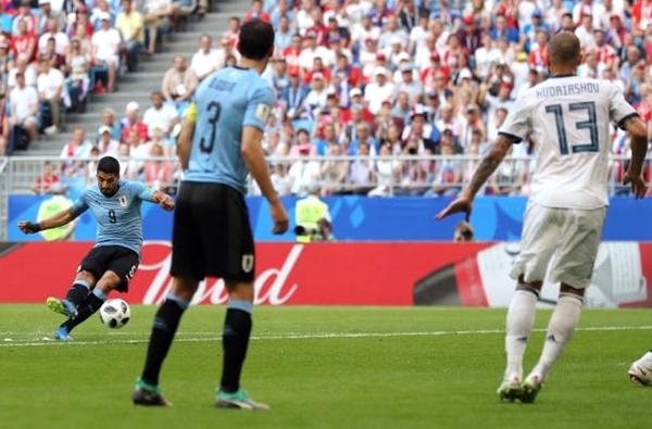 Suarez sút phạt thành bàn đầu trận. Ảnh: AP.