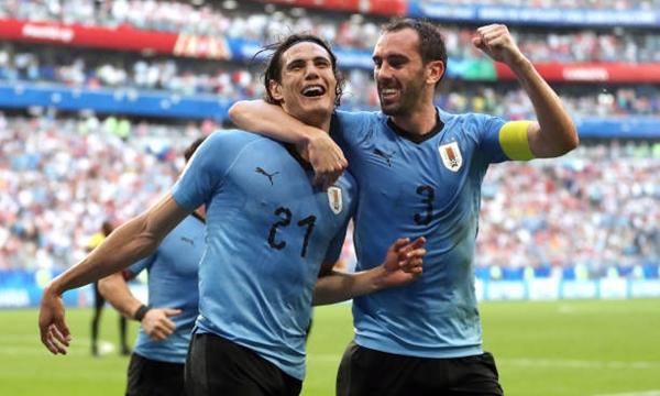 Cavani (trái) đã khai hỏa tại World Cup 2018. Ảnh: AP.