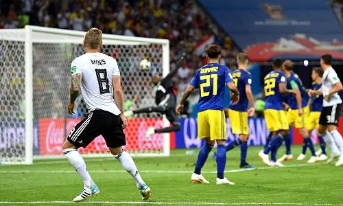 Kroos sút tung lưới Thụy Điển trong thời gian bù giờ. Ảnh: Reuters.