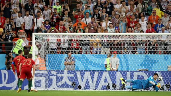 Ronaldo đá hỏng phạt đền, Bồ Đào Nha vẫn giành vé đi tiếp - page 2 - 3