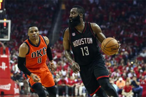 Năm ngoái, James Harden mất MVP vào tay Russell Westbrook (trái). Ảnh: USA Today.