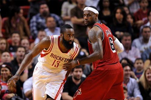 James Harden (trái) vượt qua LeBron James trong cuộc đua MVP. Ảnh: AP.
