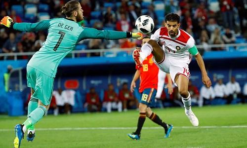Hàng thủ Tây Ban Nha có một trận đấu tồi tệ. Ảnh: Reuters.
