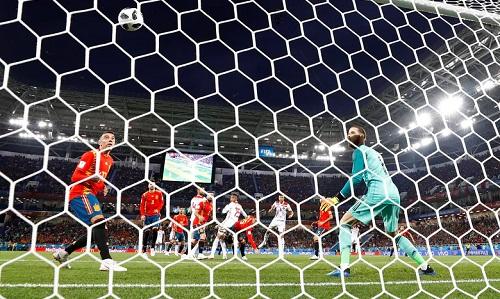 De Gea bất lực nhìn bóng đi vào lưới sau pha đánh đầu củaEn-Nesyri. Ảnh: Reuters.