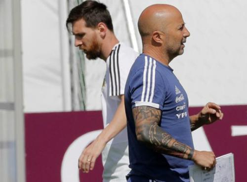 HLV Sampaoli khẳng định không có chuyện Messi tiếm quyền của ông.