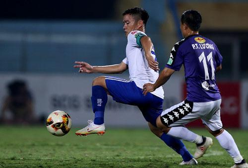 Thanh Trung (áo trắng) chơi tốt nhưng không thể giúp Quảng Nam tránh được thất bại trên sân Hàng Đẫy.