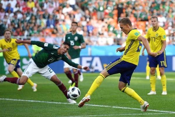 Augustinsson tận dụng sai lầm của hàng thủ Mexico. Ảnh: AP.