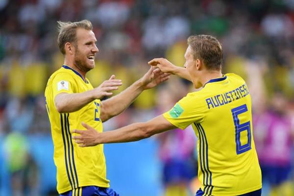 Thụy Điển lách qua khe cửa hẹp để vào vòng 1/8. Ảnh: AP.