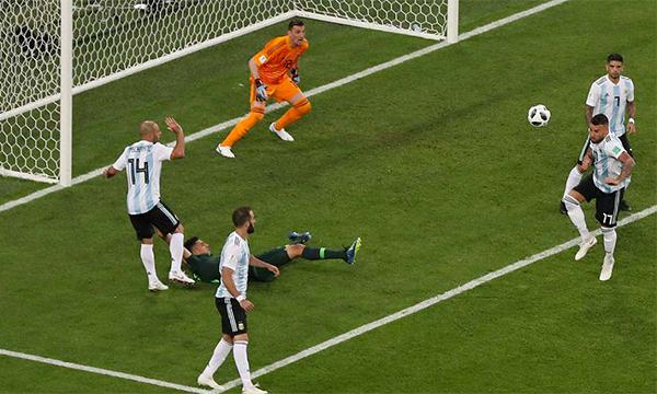 Mascherano (số 14) trong tình huống phạm lỗi dẫn đến quả phạt đền mà Moses gỡ hoà cho Nigeria.