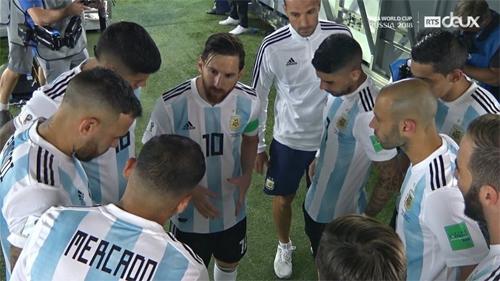 Messi dặn dò các đồng đội ngay trước khi trở lại sân đấu hiệp hai.