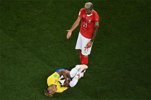 Lối chơi nặng tính phô diễn kỹ thuật của Neymar đangkhiến cả Brazil lẫn chính anh gặp khó khăn.