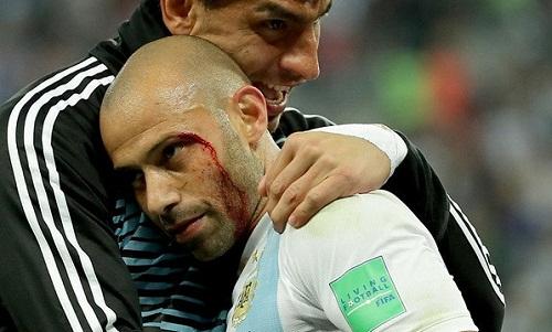 Mascherano ômNahuel Guzman sau khi trận đấu kết thúc. Ảnh: La Nacion.